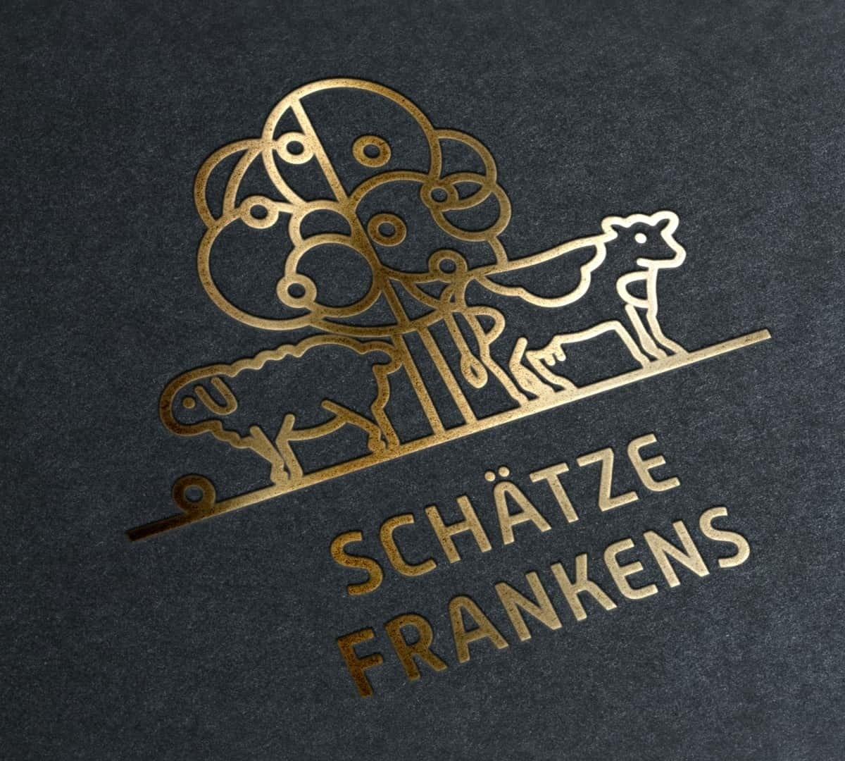 Das Logo als Kernelement des Corporate-Designs mit hochwertiger Goldprägung.